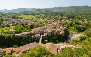 Jaujac - Le village vue aérienne du Chastelas