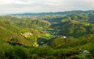 Chirols - Le village et la vallée de la Fontaulière depuis les hauteurs
