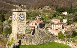 Burzet - La Tour de l'Horloge avec vue sur l'église ©S.BUGNON