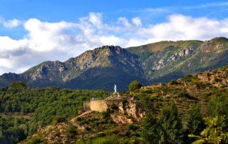 Saint pierre de colombier - Statue de la vierge et le suc de Chalambelle ©mairiedestpierredecolombier