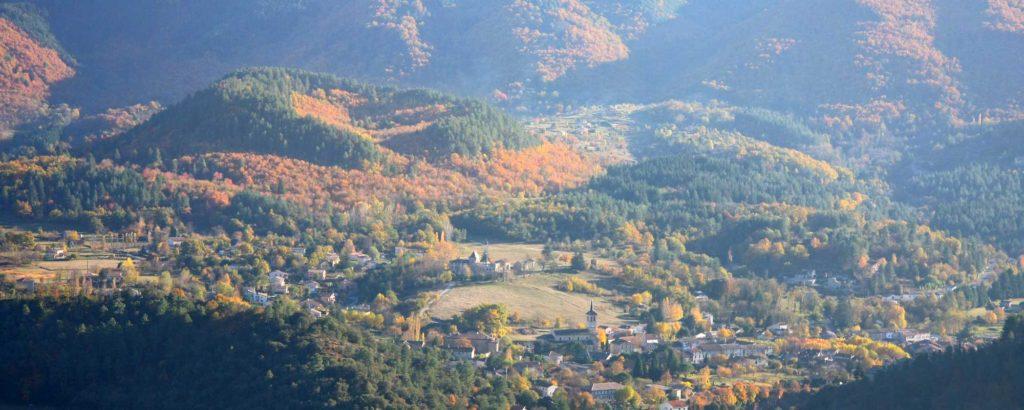 La coupe de Jaujac (volcanisme) en automne
